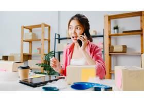 年轻的亚洲女商人使用手机接收采购订单并查_10075008