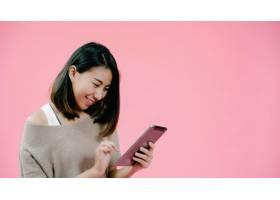 年轻的亚洲女子使用平板电脑查看社交媒体_4395051
