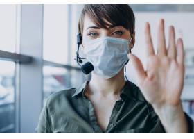 在录音棚工作的妇女戴着口罩_12804128