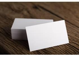 在木质背景上展示企业身份的空白白色名片_1275557