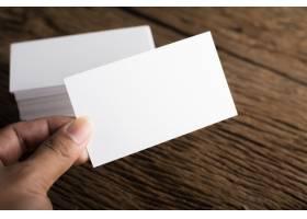 在木质背景上展示企业身份的空白白色名片_1275563