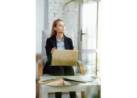 在现代办公室工作的室内设计师穿着现代内_13342346