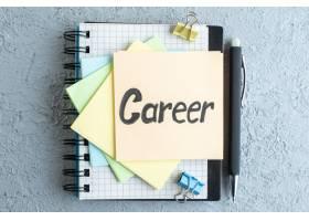 在白色表面贴上贴纸和记事本俯视职业生涯笔_13340925