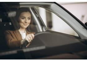 坐在车里的年轻女商人_8828130