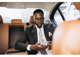 坐在车里的非裔美国商人_2859173