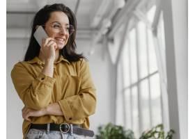 女商人用智能手机聊天_12140666