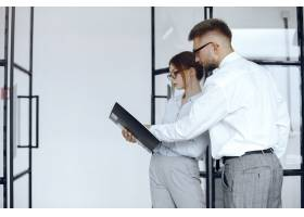 女人拿着一个文件夹商务会议上的商业伙伴_10701151