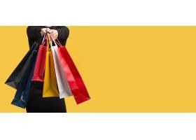 女人拿着各种购物袋复印空间_10419007
