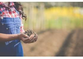 女农民正在研究土壤_4284056