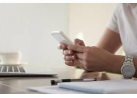 女商人在电话中寻找重要联系人_3938519