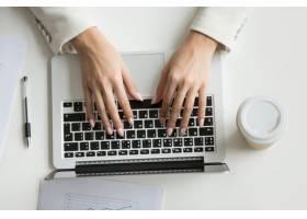 女商人在笔记本电脑上工作手在键盘上打字_3952559