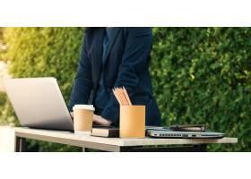 女商人在笔记本电脑键盘上打字的特写镜头_1131475