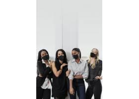 女商人戴着面具的新常态办公室时尚_13311682