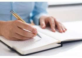 女性使用日记和日程安排的特写_3295451
