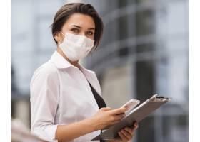 女性在流感流行期间使用智能手机和记事本工_10070668
