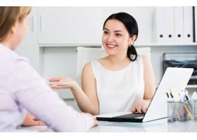女经理与客户在一起_1583984