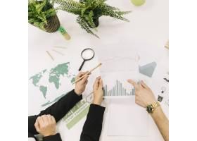 商务人士在办公桌上分析图表的提升视图_2518202