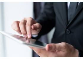 商务人士手持和使用平板电脑的特写_4010135