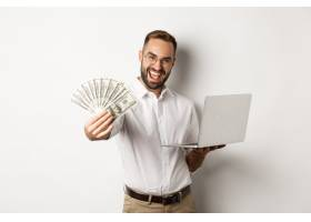 商务和电子商务快乐的成功商人吹嘘有钱_11651795