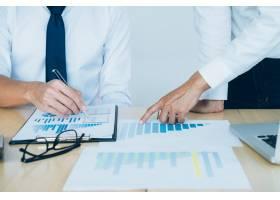 商务团队到场为新的创业项目工作的投资者_1211593