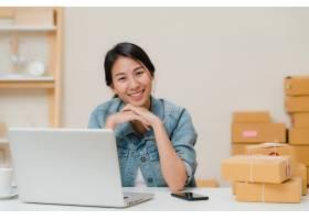 商务女性在家中的办公室工作时微笑着看着_4395091