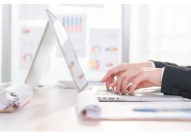 商务女性手在笔记本电脑键盘上打字的特写_1010142