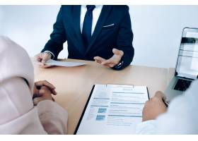 商务情况求职面试理念求职者向经理递交_1211575