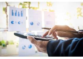 商务财务人员计算预算数字发票和财务顾问_1202400