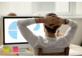 商家在電腦屏幕上分析統計報告的后視_3954489
