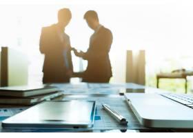 团队合作伙伴在后台互动的商务工作场所形象_1235267