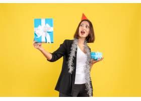 圣诞气氛情绪激动的女商人戴着xsmas帽子_13406617