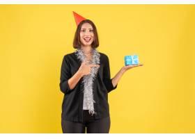 圣诞气氛积极的商务女士穿着西装戴着xsma_13406704