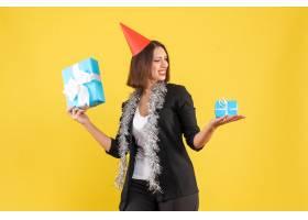 圣诞节气氛积极的商务女士穿着西装戴着xs_13406706
