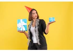 圣诞节的心情情绪激动的女商人穿着西装_13406612
