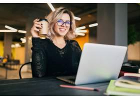 合作办公室里年轻漂亮的女人穿着黑色衬衫_9405604