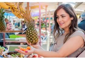 吸引人的女人在绿色市场购物特写写真美女_1192379