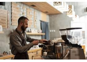 咖啡店里工作的男人侧观_6154114