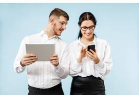 商业合伙的概念年轻的快乐微笑的男女站在_13456077