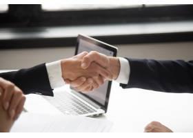 商人与女商人握手表示尊重握手的特写镜头_3952571