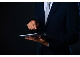 商人使用平板电脑分析销售数据和经济增长曲_5474542