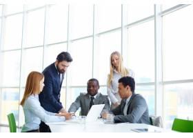 商务人员使用笔记本电脑进行团队合作_860287