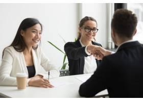 商人在公司会议上与女同事握手_3952570