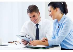 商务人士使用数字平板电脑在办公室工作_1232906