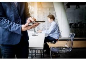 商务人士在办公室使用平板电脑特写_1202222