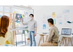 亚洲商务人士开会集思广益进行商业演示_10074003