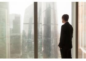 公司官员在办公室透过窗户看_3955648