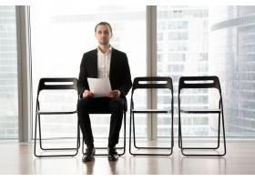 上岗候选人坐在椅子上带着简历_4013380