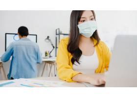 亚洲女企业家在新常态下戴着医用口罩与社_10074040