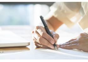 亚洲女商人签署合同文件进行交易_1236544