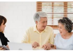 亚洲聪明女性代理通过文档平板电脑和笔记_4396394